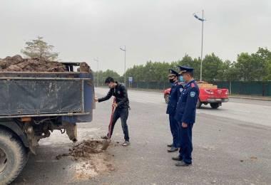 Hà Nội: Xử lý nghiêm các xe xả thải bẩn ra môi trường